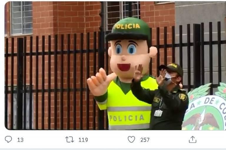 Policiais dançam na Colômbia