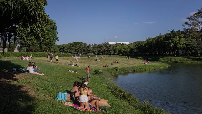 Mesmo com recomendação de quarentena e isolamento, praça ms em São Paulo continuam sendo frequentadas. Na foto uma área gramada aberta do parque do Ibirapuera, entre a Avenida Pedro Alvares Cabral e o lago do parque.