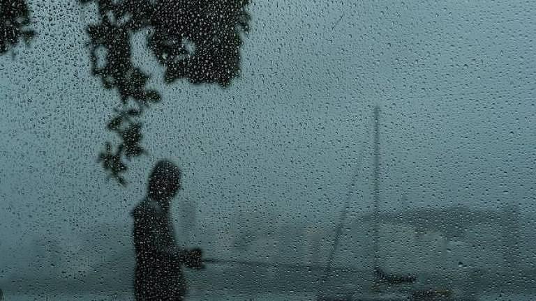 Homem em uma vazia orla do Rio de Janeiro, em tempos de pandemia;