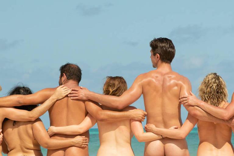 Passageiros de cruzeiro nudista posam em praia