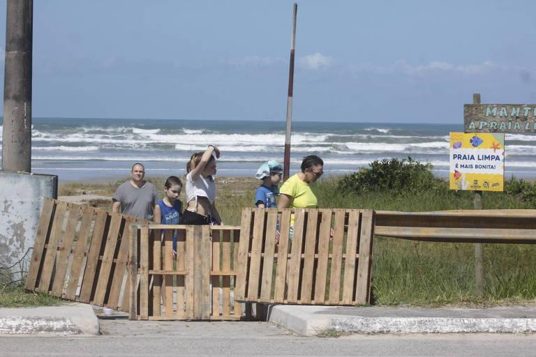 Bloqueio feito por moradores na praia de Boracéia, em São Sebastião, litoral norte de SP