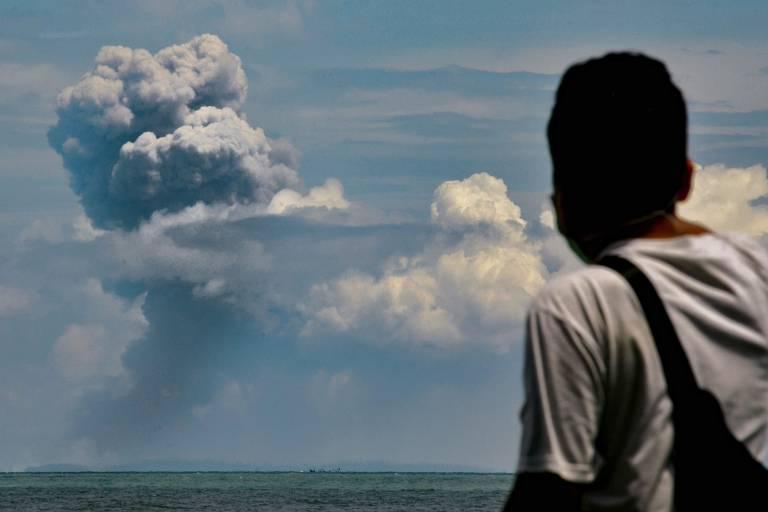 Homem assiste à erupção do vulcão Anak Krakatau, na Indonésia