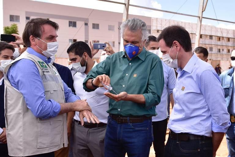O presidente Jair Bolsonaro e o governador Ronaldo Caiado em visita a obra de hospital em Goiás