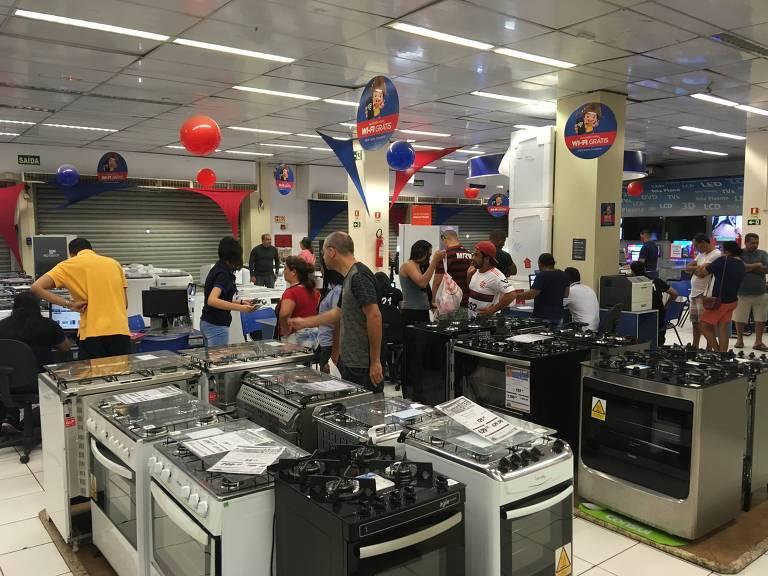 loja de móveis e eletroeletrônicos em Taguatinga (DF); População aproveitou reabertura de parte do comércio para buscar presentes de Páscoa