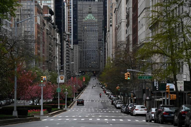 Avenida vazia de Nova York por causa das regras de isolamento contra o coronavírus