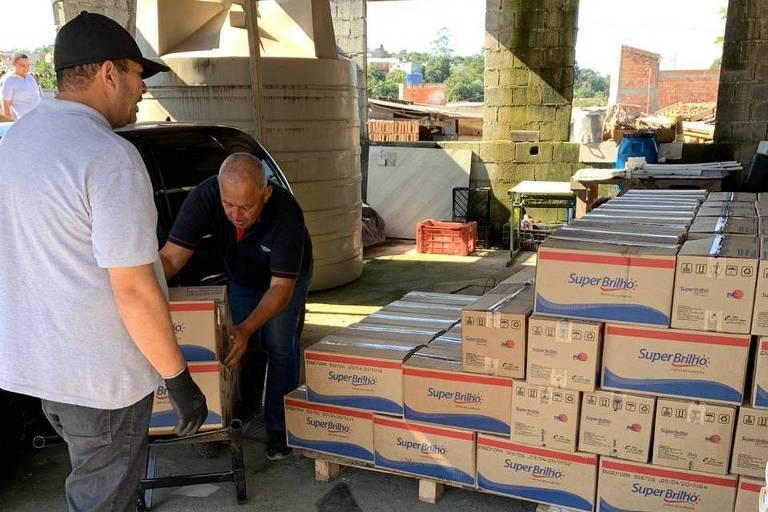 Voluntários organizam cestas básicas para doação em Parelheiros