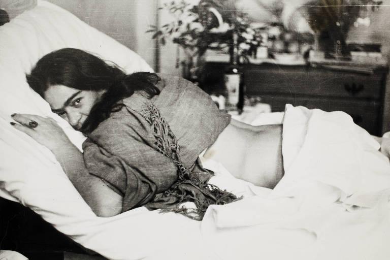 A pintora mexicana Frida Kahlo retratada por Nickolas Muray em 1946
