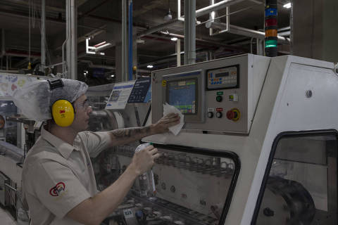 Produção de automóveis puxa alta na indústria, ainda longe de perdas da pandemia