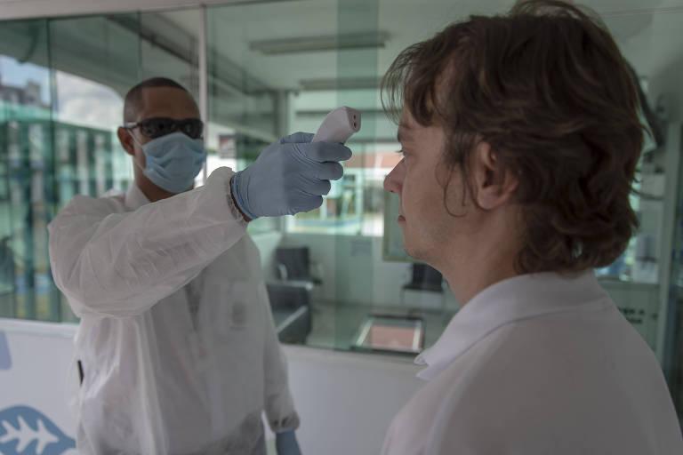Na entrada da fábrica da Unilever em Valinhos (SP), funcionários têm temperatura medida para detectar febre, um dos sintomas do coronavírus