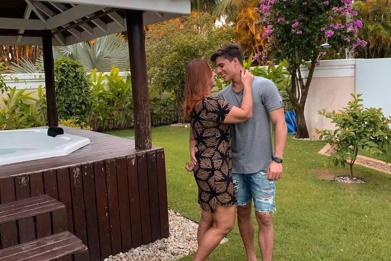 Tiago Ramos posa com Nadine, mãe de Neymar
