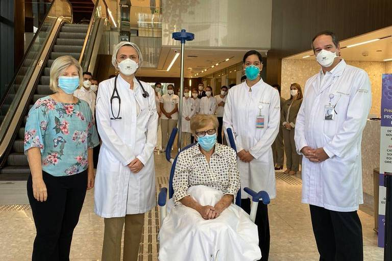 Paciente de 97 anos internada por Covid-19 recebe alta em SP