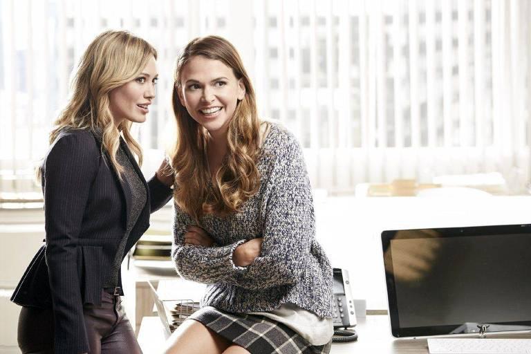 duas mulheres conversam num escritório