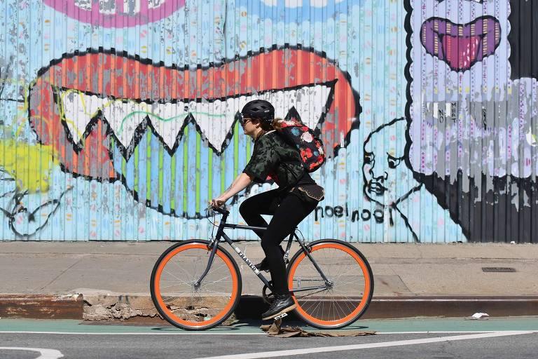 Mulher pedala no Brooklyn, em Nova York