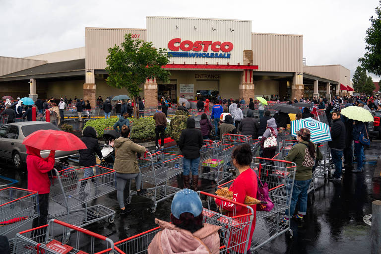 longa fila de carinhos de compra em estacionamento de loja