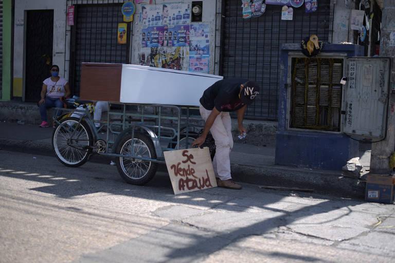 Homem vende caixão no meio da rua em Guayaquil, no Equador