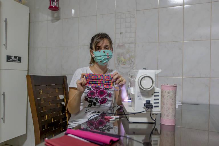 Mulheres garantem renda com confecção de máscaras de pano