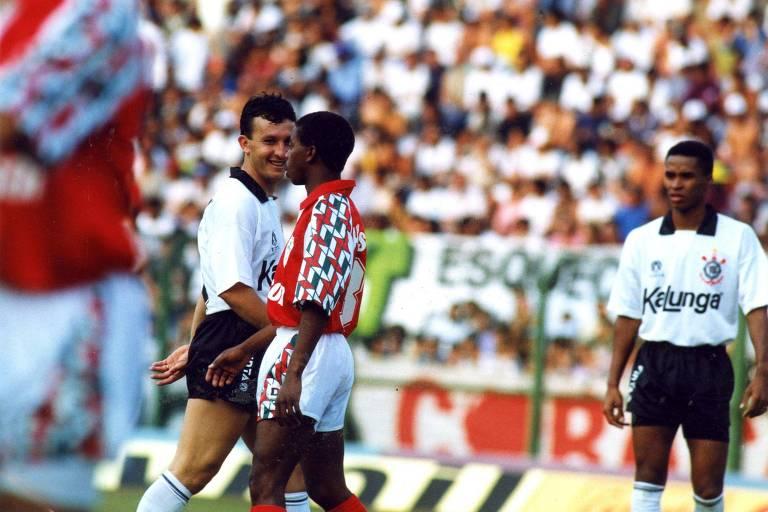 Neto, eterno 10 do Corinthians, sorri para Dener, um dos maiores craques da Lusa, durante duelo do Brasileiro de 1991