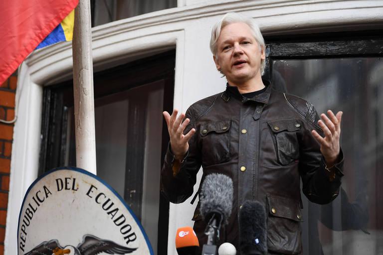 O australiano Julian Assange discursa dentro da embaixada do Equador em Londres em 2017