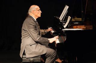 Suplicy canta e toca piano durante evento no MuBE