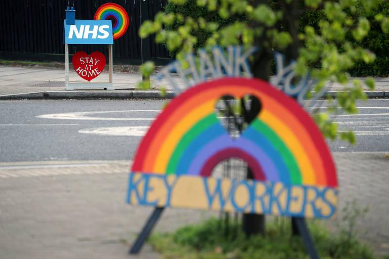 Homenagens a trabalhadores do sistema público de saúde do Reino Unido no bairro de Herne Hill, em Londres