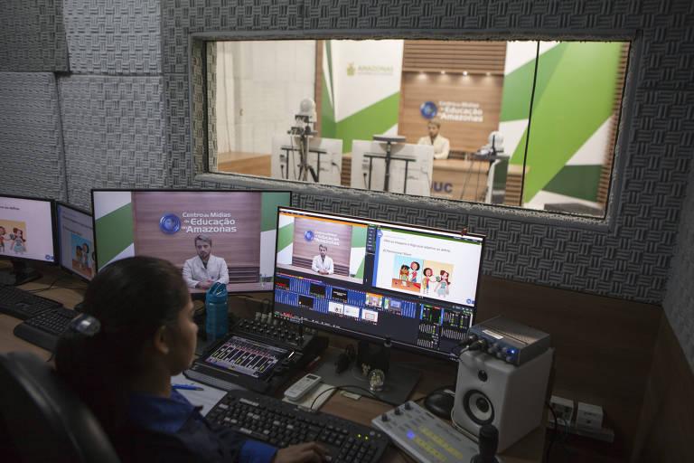 Gravação de aula ao vivo em estúdio da Secretaria da Educação do Amazonas