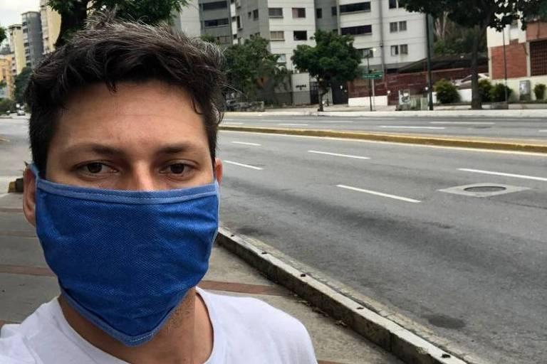 O analista de sistemas Thawler Santos em uma rua vazia de Caracas durante a quarentena