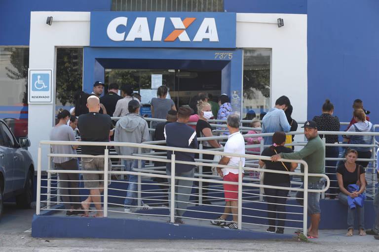 Usuários da Caixa Econômica Federal fazem fila nas agencias da cidade de São Paulo