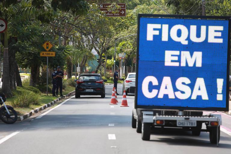 A Guarda Municipal de Campinas (SP) usa painel luminoso para incentivar que as pessoas fiquem em casa