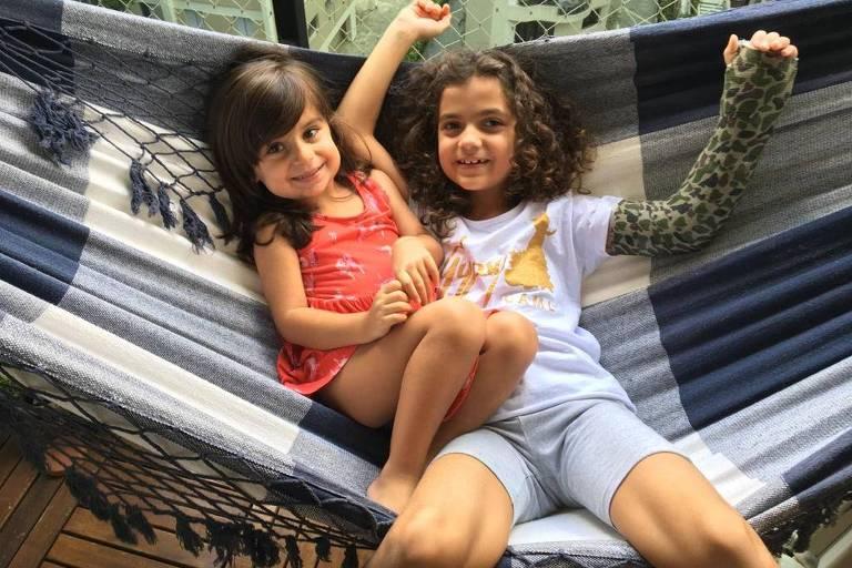 Marina e Isabela estão deitadas juntas em uma rede