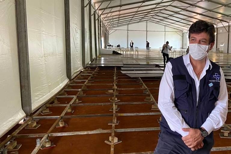 O ministro da Saúde, Luiz Henrique Mandetta, em visita a hospital de campanha em obras em Águas Lindas de Goiás (GO)