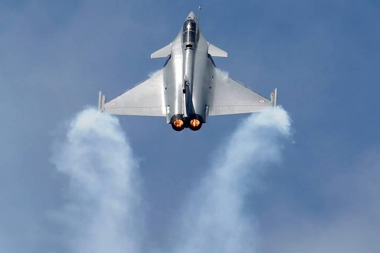 Aeronave Dassault Rafale em voo comemorativo na 51ª Paris Air Show
