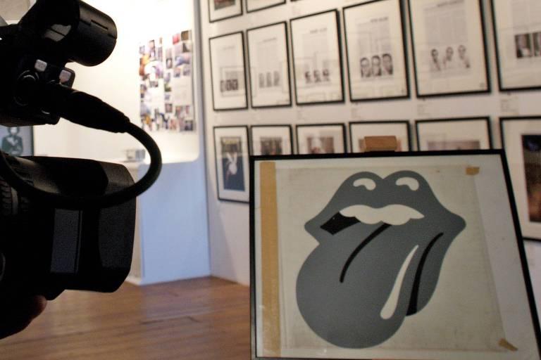 John Pasche mostra logotipo que criou para os Rolling Stones, em 2005