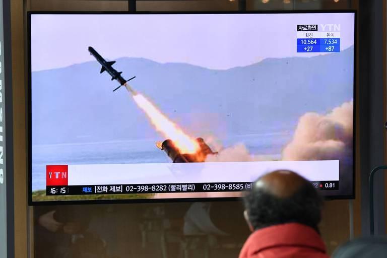 Em Seul, sul-coreano vê noticiário com imagem de míssil semelhante aos que foram lançados nesta terça (14) pela Coreia do Norte