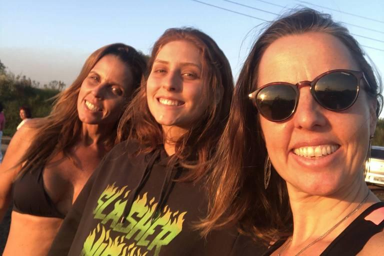 Danielle Janiake, sua filha Luana e sua irmã Etienne fazem caminhada em região de chácaras em Valinhos (SP)