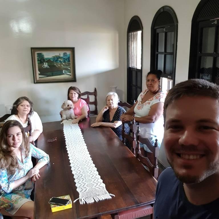 Igor Abreu com a família, que partiu para Sete Lagoas (MG); sua tia Christiani Ferreira é a segunda da esq. para a dir.