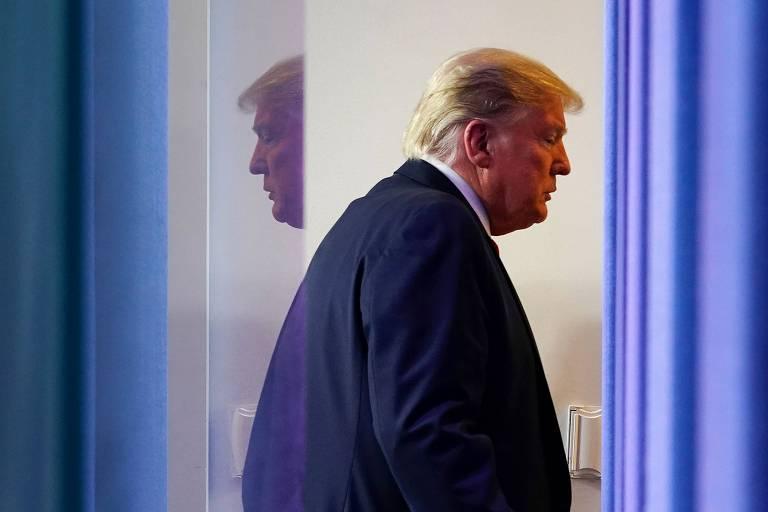 O presidente Donald Trump depois de entrevista coletiva diária na Casa Branca