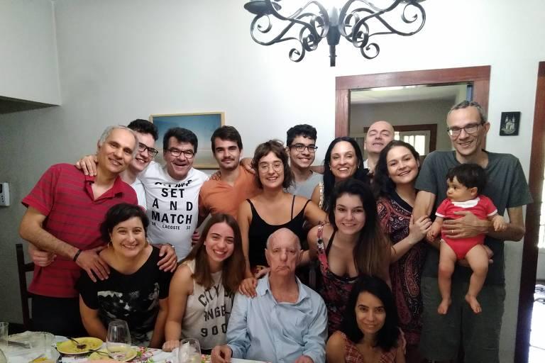 Ângelo Barbosa Monteiro Machado (1934-2020), de camisa azul ao centro, e família