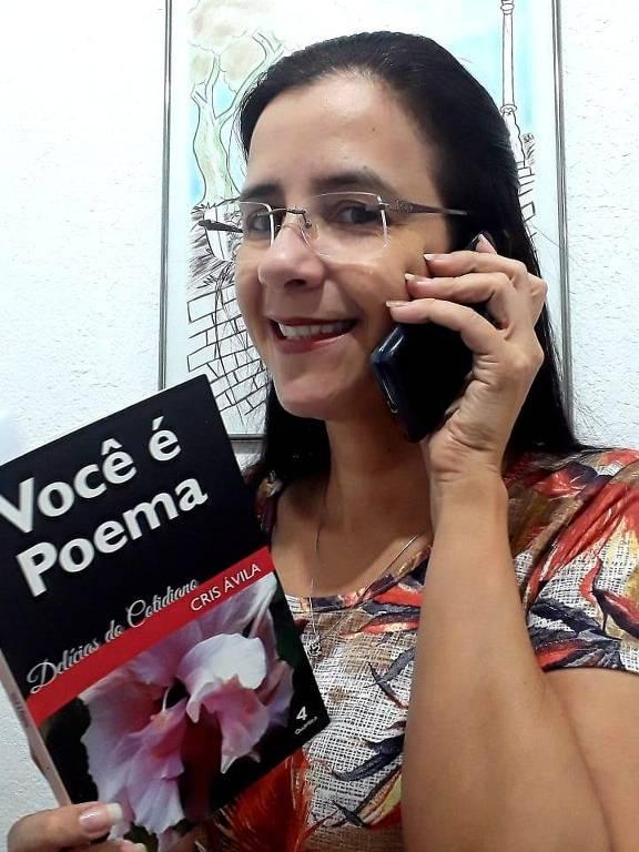 A funcionária pública e escritora Cristina Ávila de Melo, que é voluntária no programa Histórias por Telefone, lê livro por telefone