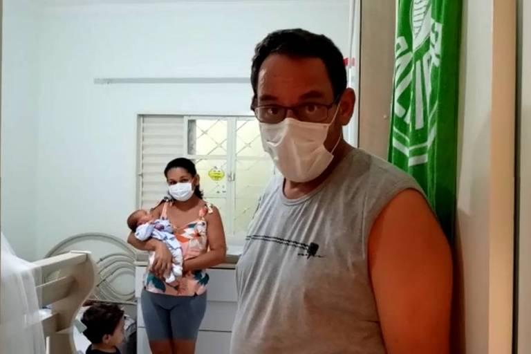 Pai vê filho recém-nascido pela primeira vez após ser curado da covid-19, em José Bonifácio (SP)