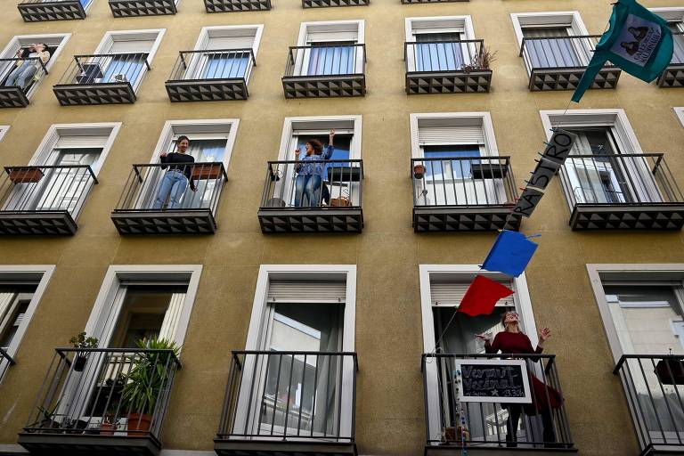Espanhóis dançam em varandas durante a quarentena do coronavírus em Madri, na Espanha