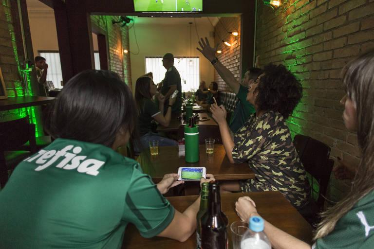 Torcedores do Palmeiras acompanham pelo rádio partida contra o CSA, pelo Brasileiro de 2019, que não foi transmitido pela TV