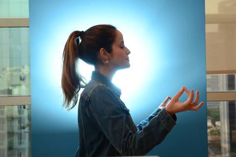 SÃO PAULO / SÃO PAULO / BRASIL -05 /10/17 - :00h - Mindfulness. Mindfulness, ou a prática de atenção plena, que envolve meditação, yoga e exercícios respiratórios e tem sido usada pelas empresas para combater estresse e ansiedade dos colaboradores. A Gabriela Torres, 27, executiva de vendas da Salesforce. ( Foto: Karime Xavier / Folhapress) . ***EXCLUSIVO***CARREIRAS