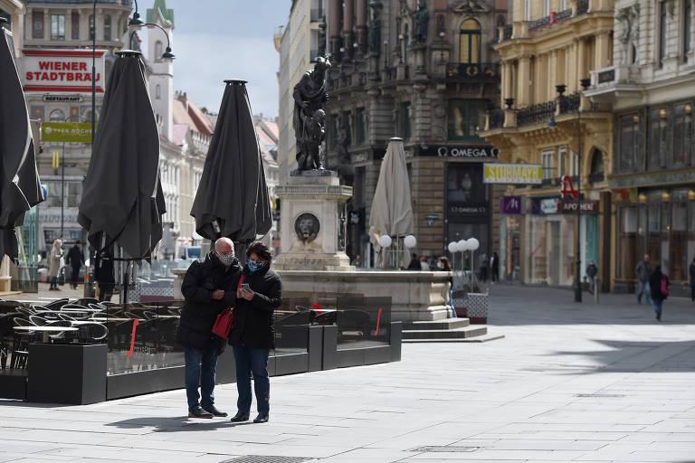 Pedestres em rua de Viena, na Áustria, após reabertura de parte das lojas no país