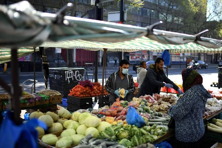 Pessoas compram alimentos em Londres; quarentena pode mexer com alimentação