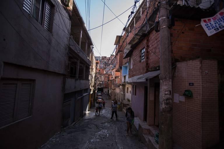 Com casas próximas uma das outras, moradores e voluntários da favela do Paraisópolis se unem para evitar a contaminação na região