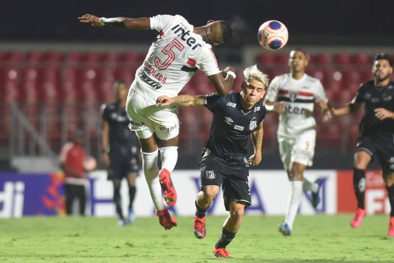 Solteldo (à dir), do Santos, e Arboleda, do São Paulo, disputam bola durante clássico no Morumbi sem público