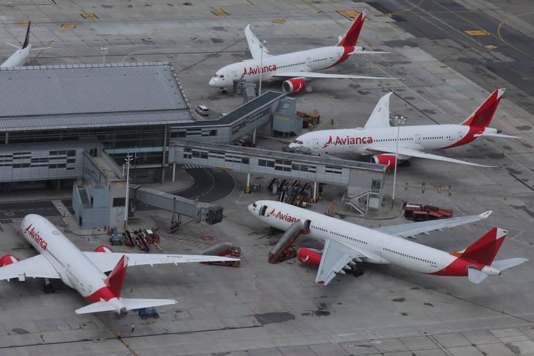Quatro aviões parados em aeroporto