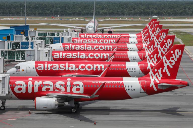 Aviões parados em aeroportos