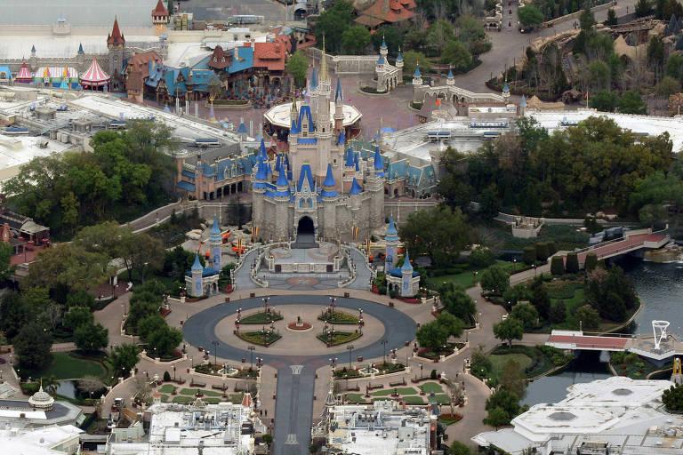Vista aérea de parque temático vazio, com castelo