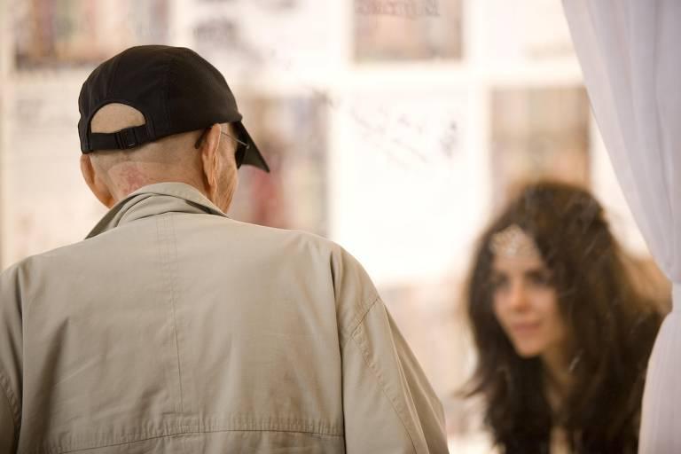 Veja imagens de performance da escritora Paula Parisot, em 2010